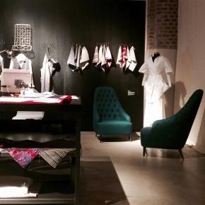 New Craft Mailand XXI Triennale design sessel vanessa capitonné aus denim stoff