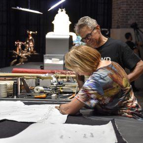 Bruno Rho e una visitatrice della mostra