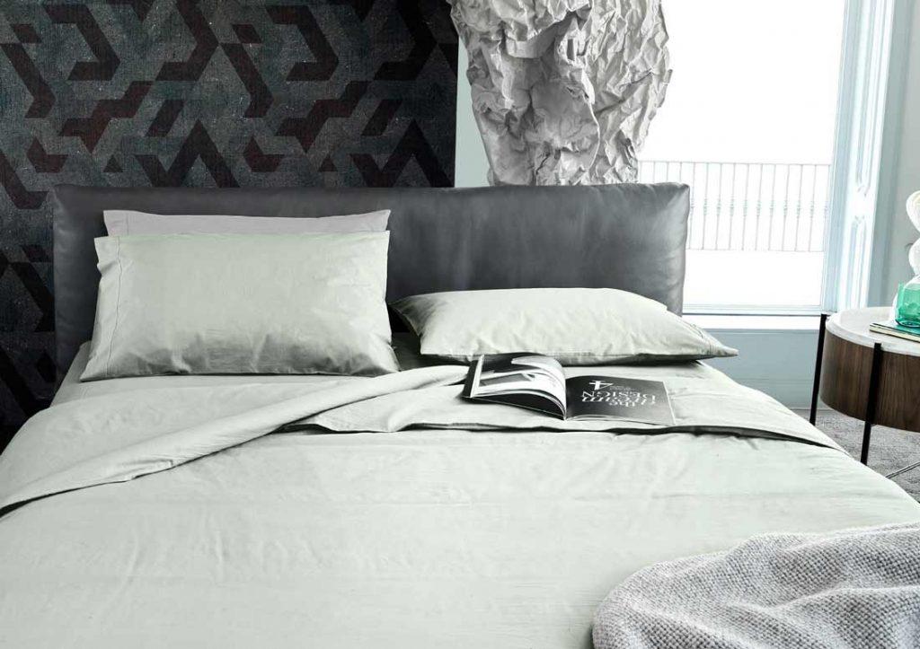 Сочетание простынь из 100% хлопка Stone Washed Yoko зёлоного цвета и кроватей Сохо из серой кожи
