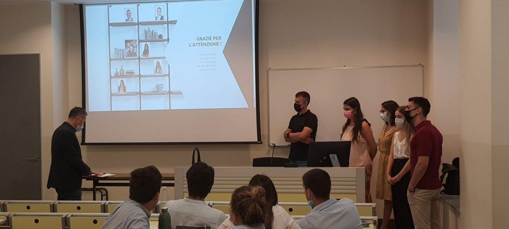 Студенты Università Cattolica del Sacro Cuore Милана представляют кампанию маркетинга для выпуска на рынок новой коллекции BertO
